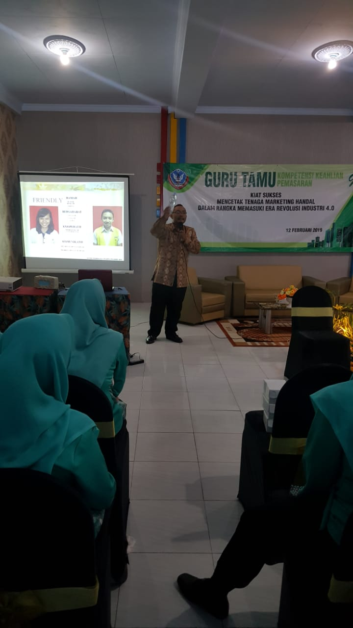 Giant Suncity Sidoarjo Jadi Guru Tamu Pemasaran di SMK Negeri 1 Jombang